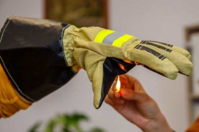 Вкладыши из особого материала способны длительно сохранять руки и тело спасателя от огня.