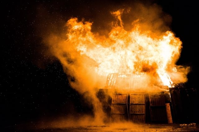 Один дом полностью сгорел, из-за сильного ветра огонь быстро перекинулся на соседние строения.