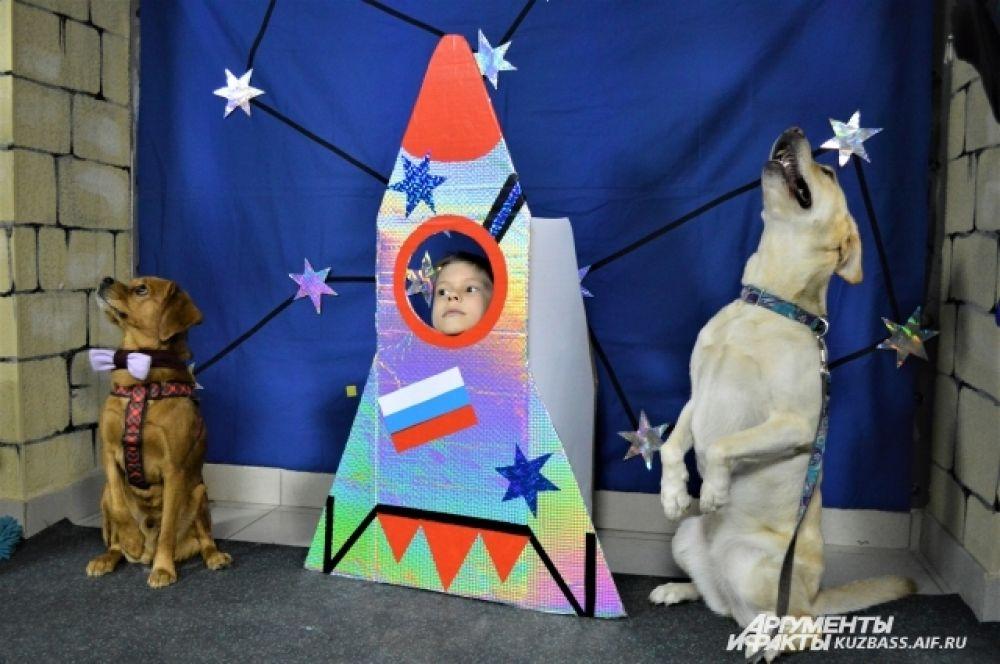 Мероприятие проходило в зоостудии на бульваре Строителей, хозяйка которого больше десяти лет занимается кинологией и «болеет» за собак из «Маячка».