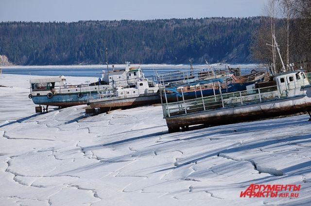 Увидеть останки старой пристани можно только весной.