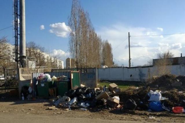 Сотрудники ТСЖ в Новотроицке разбрасывали мусор из баков по площадке.