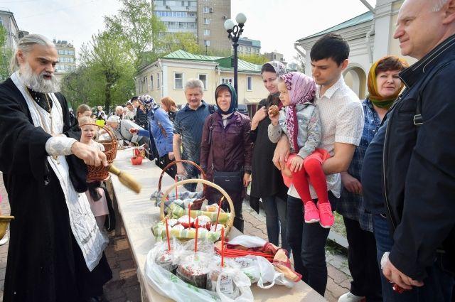 Освящение куличей накануне праздника Пасхи около Храма святителя Николая Мирликийского в Кузнецкой Слободе.