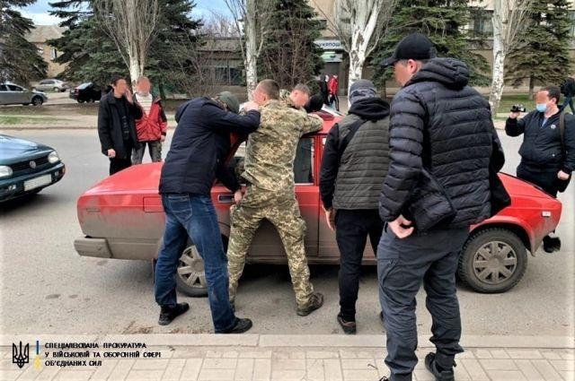 Угрожал насилием: в Донецкой области военный требовал взятку