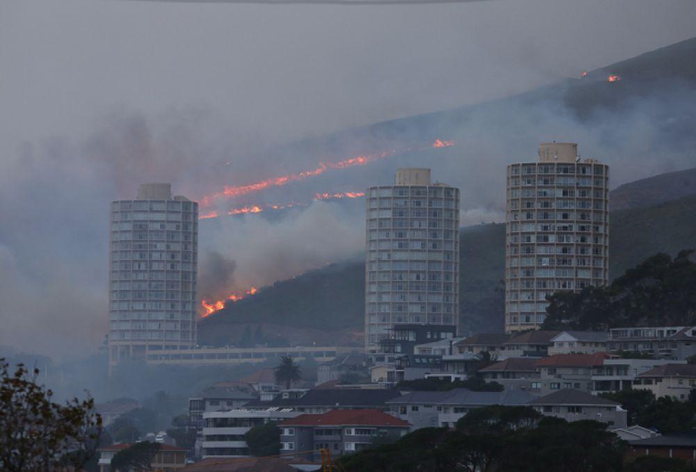 Пламя видно недалеко от города.