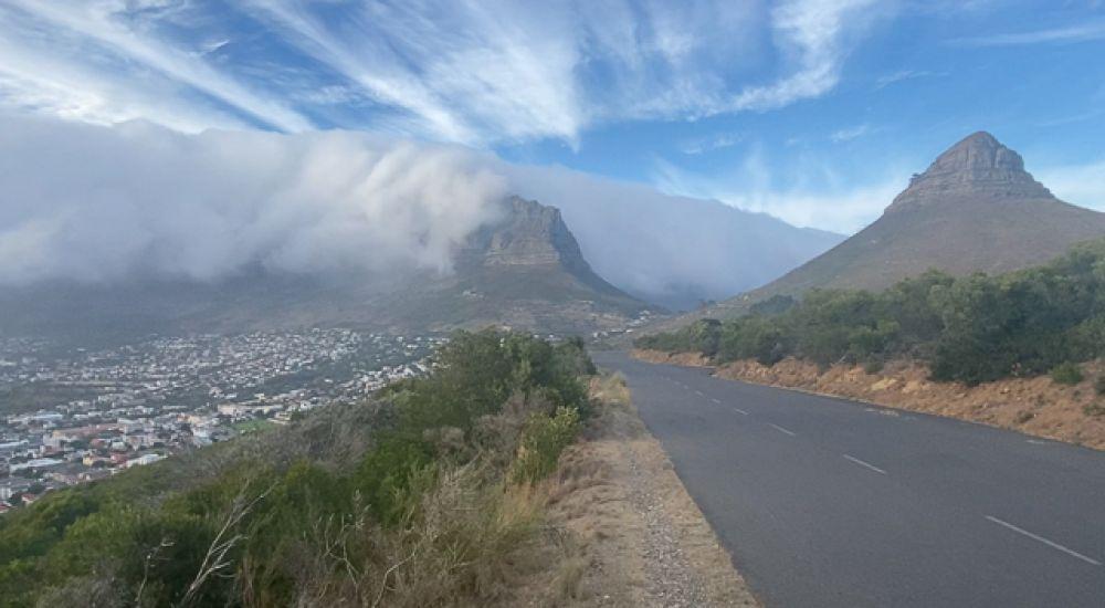 Пламя недалеко от города, раздувается сильным ветром, после того, как на склонах Столовой горы в Кейптауне вспыхнул лесной пожар.