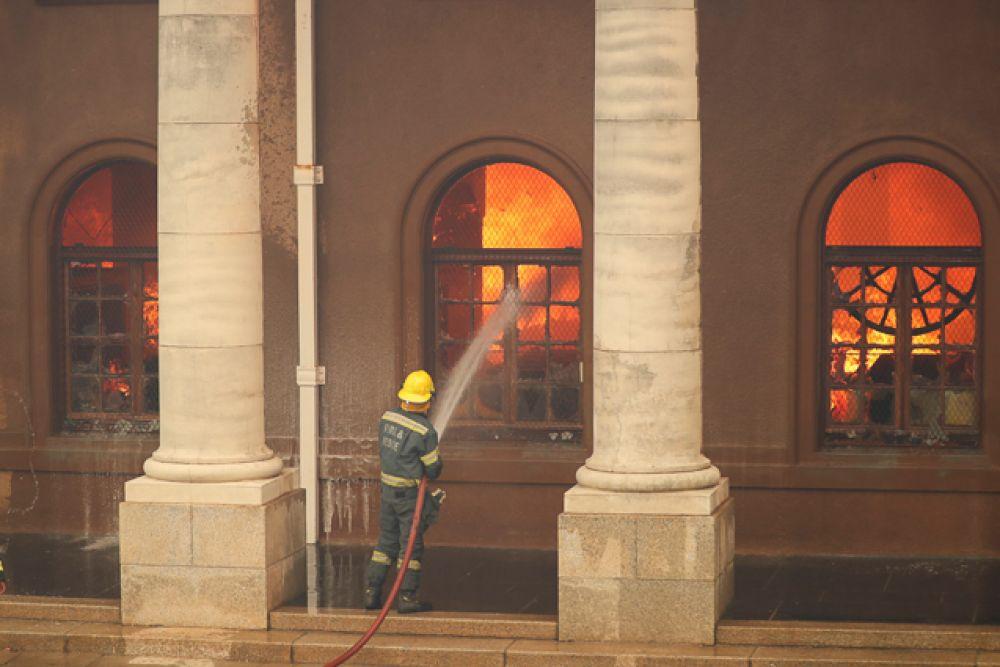 Горит библиотека Кейптаунского университета, пожарные борются с огнем.Пламя видно недалеко от города
