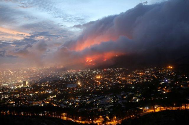 Природный пожар вокруг столицы ЮАР Кейптауна