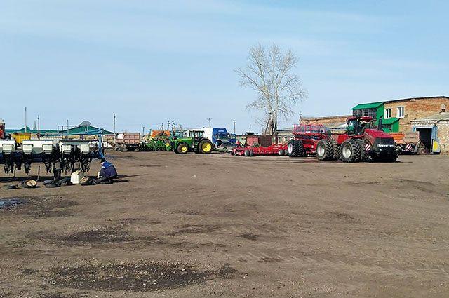 Механизаторы ждут, когда прогреется почва.
