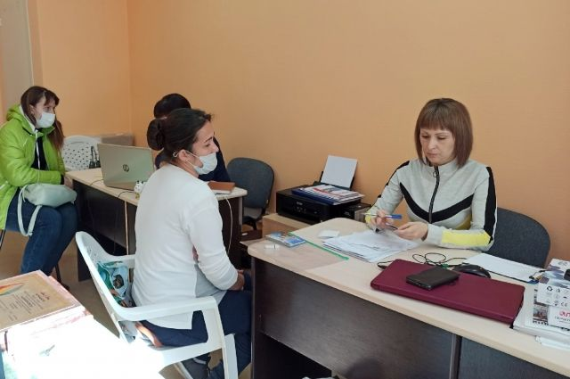 Юлия консультирует мигрантов в своём офисе.