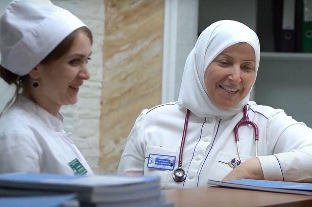 Луиза Вахидовна (справа) 30 лет в профессии.