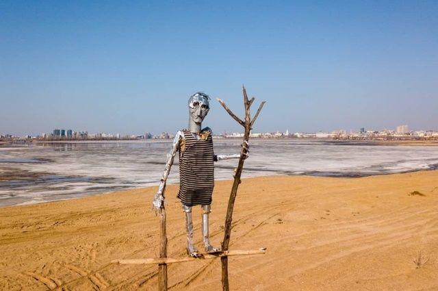 Морячок держит в руках палку, напоминающую трезубец бога морей.