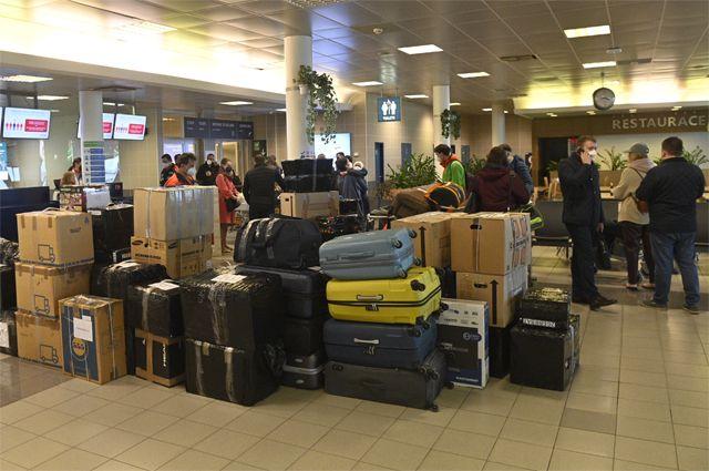 Высланные из Чехии российские дипломаты в пражском аэропорту им. Вацлава Гавела перед посадкой в правительственный самолет, 19 апреля 2021 г.