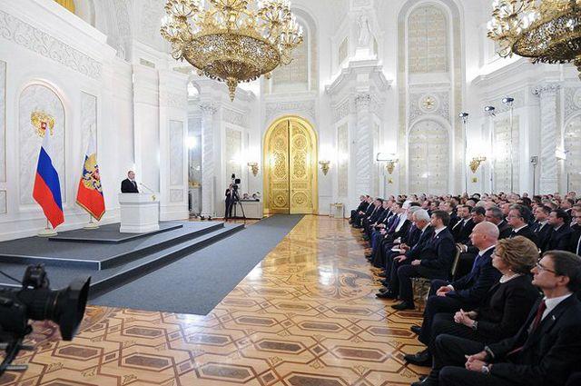 Путин заявил о разовой выплате в 10 тыс. рублей семьям со школьниками