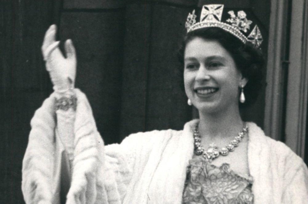 Королева Елизавета II приветствует с балкона Букингемского дворца, 1960 год