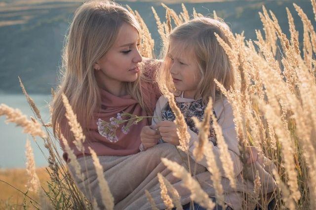 В России неполные семьи с детьми от 8 до 16 лет начнут получать 5 650 рублей ежемесячно.