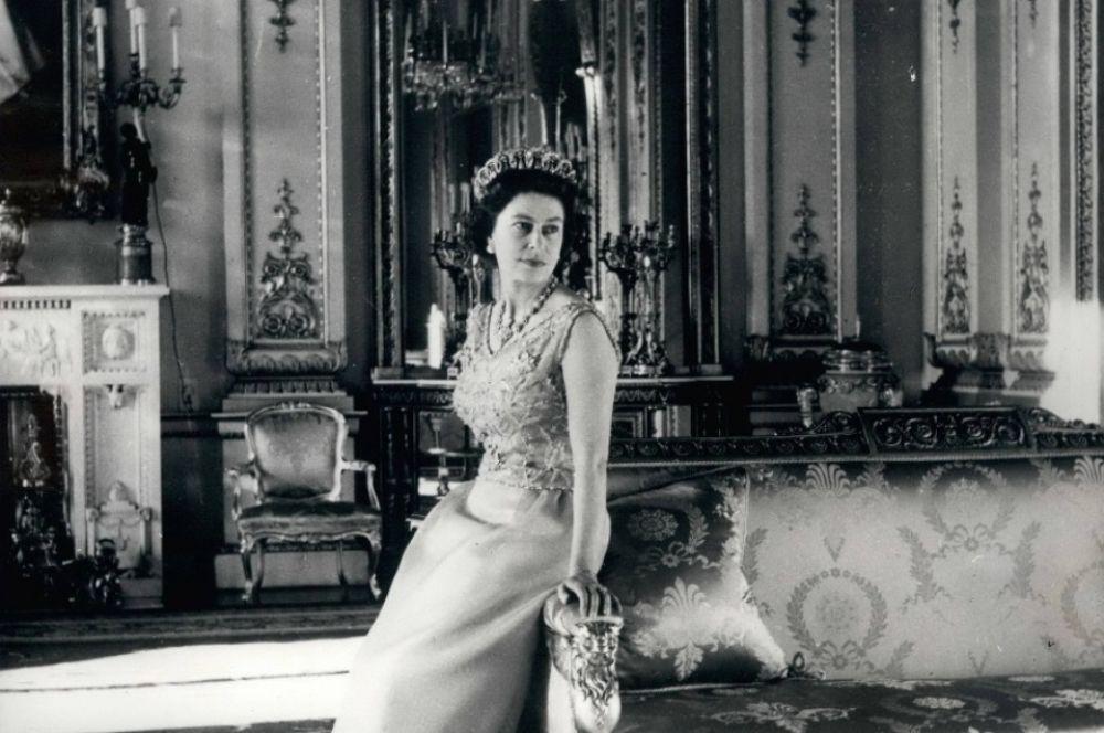Королева Елизавета II отметила 43-й день рождения в понедельник, 21 апреля 1969 года. Ее Величество в бирюзовом шелковом вечернем платье в Белой гостиной Букингемского дворца. Жемчужно - бриллиантовая диадема, которую она носит, была куплена у семьи Великой княгини Владимирской Марии Павловны в 1921 году