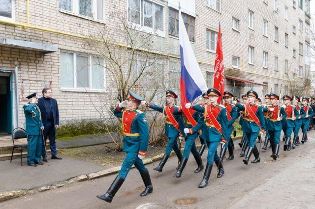 Парадным шагом возле дома Ф.И.Русакова прошли курсанты Военной академии, кадеты, юнармейцы.