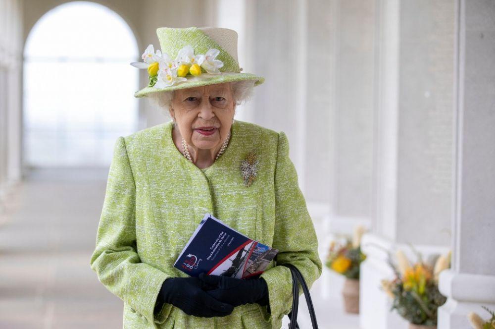 Королева Елизавета II во время визита в Мемориал ВВС в британском Раннимиде, 31 марта 2021 года