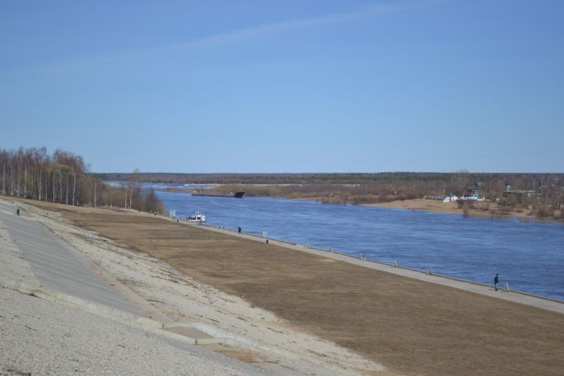 Река в разливе.