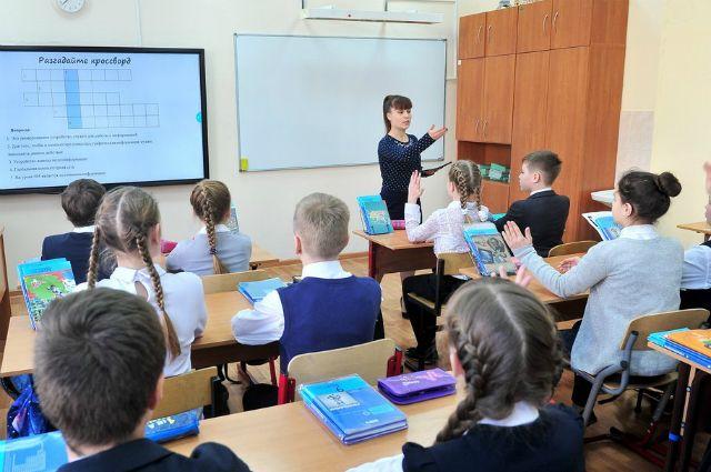 В Минтруде объяснили, как получить выплаты на детей-школьников