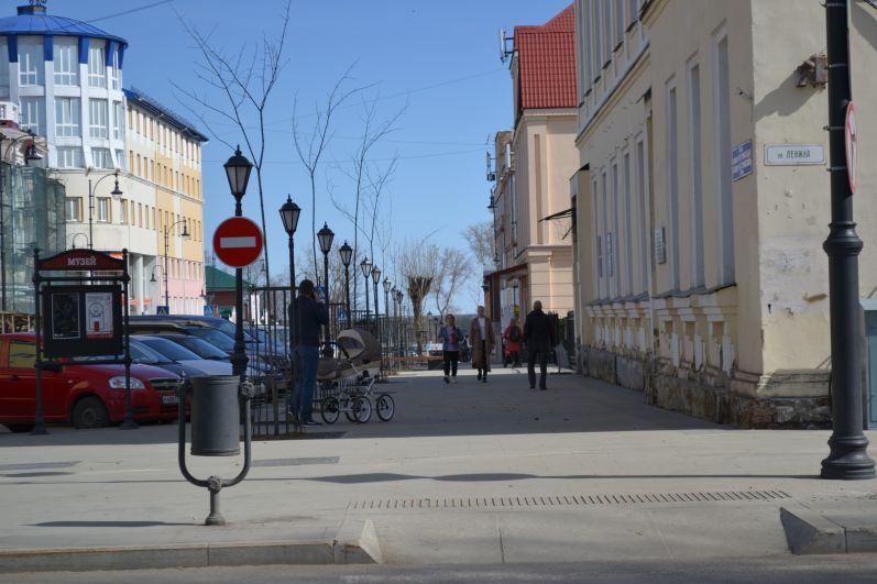 Родители с детишками с удовольствием прогуливаются по исторической части города.