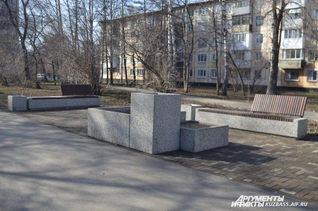 Кемеровчане помнят, каким «убитым» до ремонта был тротуар по проспекту Ленина. Теперь там мини-сквер.