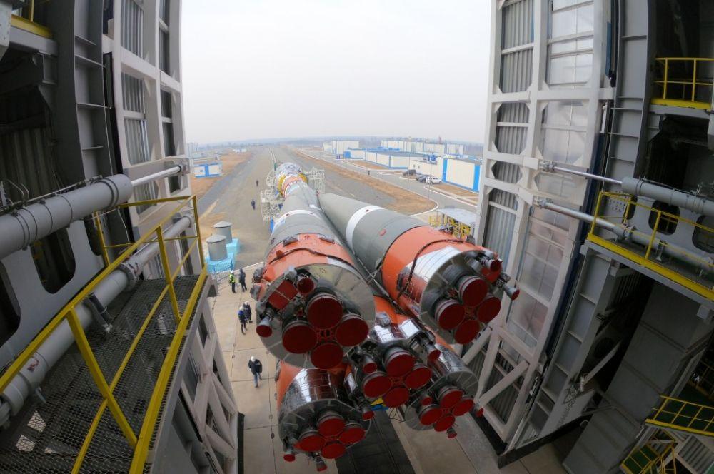 """Установка ракеты-носителя «Союз-2.1б» с разгонным блоком """"Фрегат"""" и 36 британскими космическими аппаратами OneWeb на стартовый комплекс космодрома Восточный"""