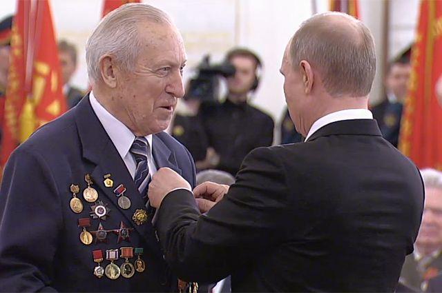 Борис Рунов и президент Российской Федерации Владимир Путин на церемонии вручения юбилейных медалей ветеранам Великой Отечественной войны в Кремле, 20 февраля 2015 года.