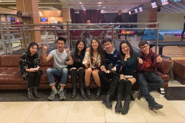 Ребята из Китая любят собираться компанией и исследовать город.