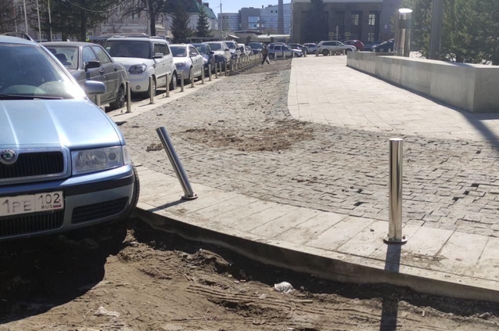 """Грязь, погнутые столбики ограждения, затейливый уклон """"тротуара"""" с накиданным как попало булыжником - такое в Уфе можно встретить на каждом шагу, не только на центральной площади города."""