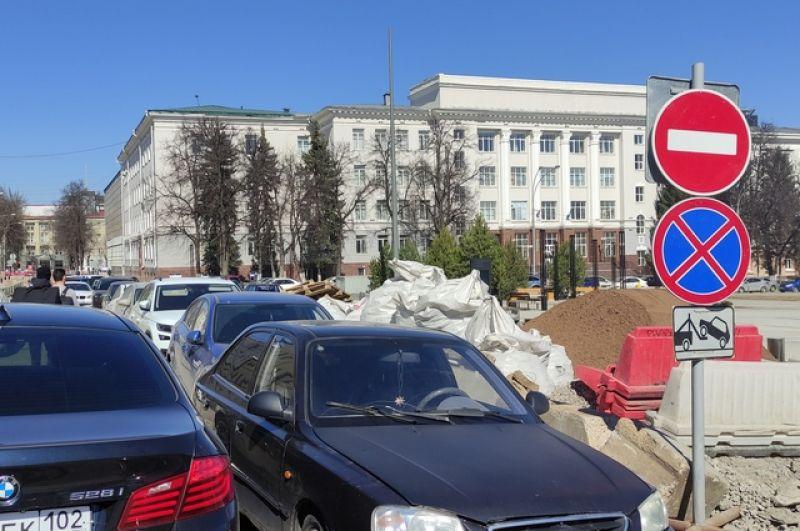Знаки, запрещающие стоянку и проезд никого не останавливают, ведь оставить автомобиль просто негде.