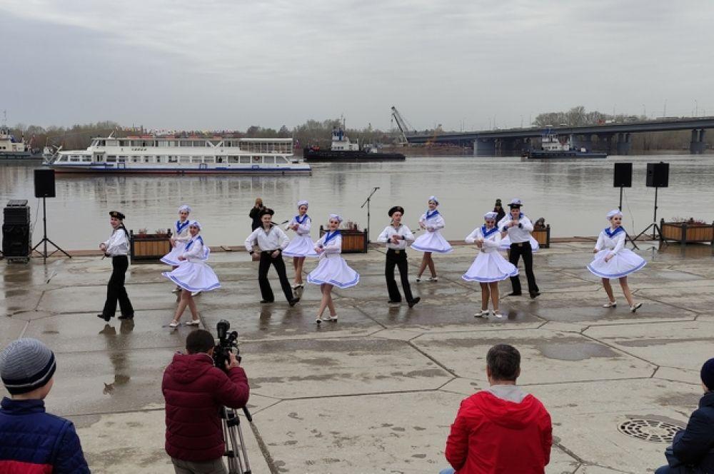 Не обошлось и без песен и танцев, репертуар, подобранный творческим коллективом дворца УМПО, оказался к месту.