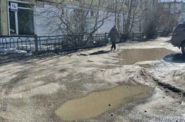 Около дома на улице Софьи Перовской, 11а зимой всегда снежная каша, а по весне – лужи.