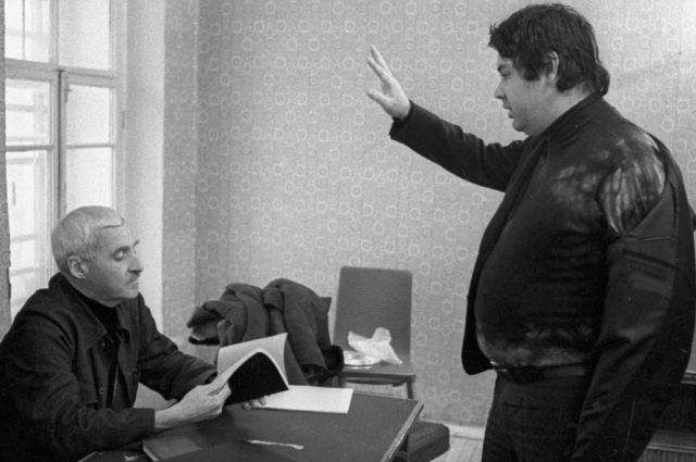Режиссер фильма «Двадцать дней без войны» Алексей Герман (справа) и писатель Константин Симонов (слева).