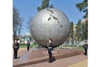 Память жертв аварии на Чернобыльской АЭС традиционно чтут у одноимённого памятника в Брянске. Возвели его на деньги, собранные местными жителями.