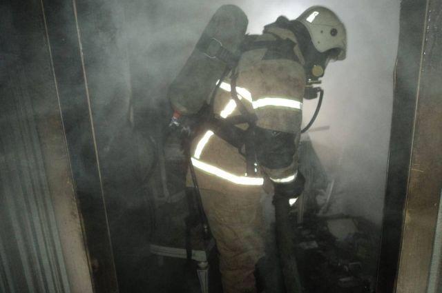 Хозяин загоревшейся квартиры получил ожоги.