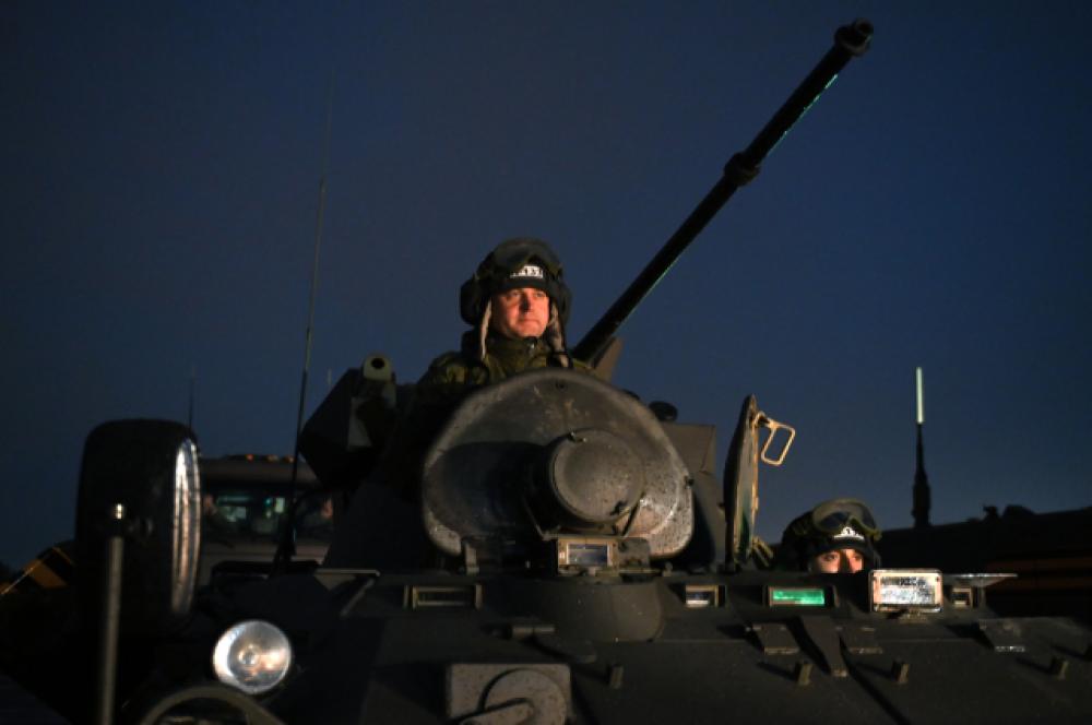 Военнослужащий на бронетранспортере БТР-82А.