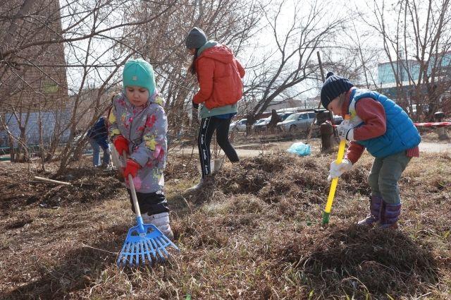В большой уборке города приняли участие даже маленькие красноярцы.
