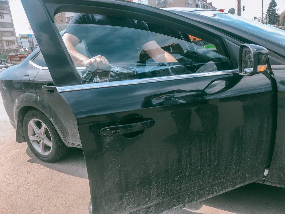 Водители снимают тонировку со стёкол своих машин