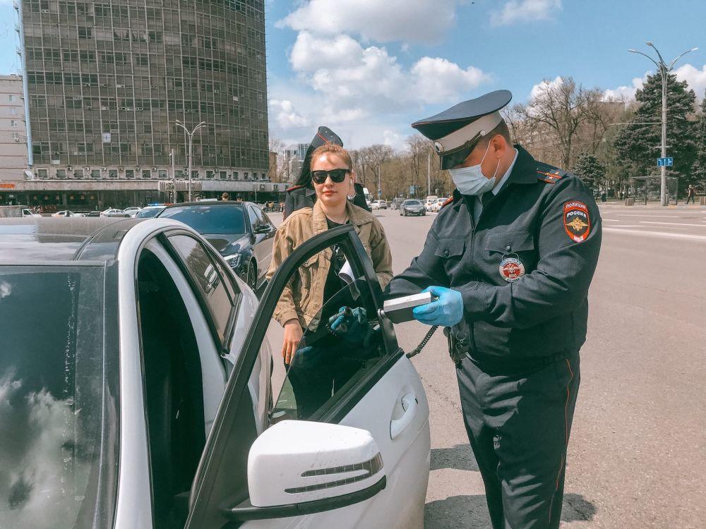Сотрудник ГИБДД проверяет степень светопропускания тауметром