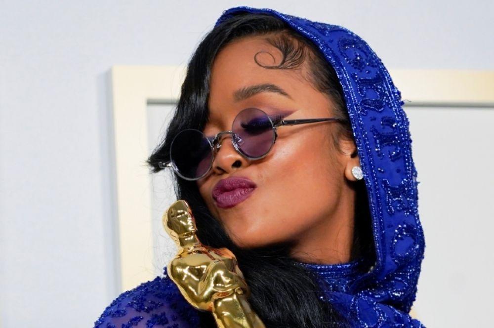 Американская хип-хоп-исполнительница H.E.R. c «Оскаром» за лучшую песню к фильму («Иуда и чёрный мессия»).