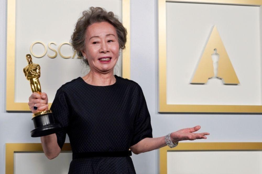 В номинации «Лучшая женская роль второго плана» победила Юн Ё-джон, сыгравшая в фильме «Минари» (Minari).