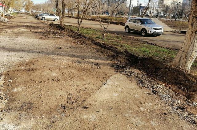 В Оренбурге ведутся работы по демонтажу тротуаров, установке бортового камня.