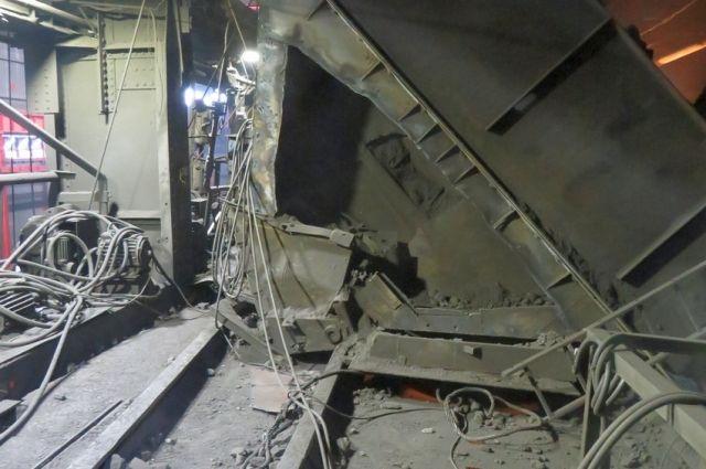 Загрузчика шахты на предприятии в Медногорске завалило обрушившимся флюсовым бункером.