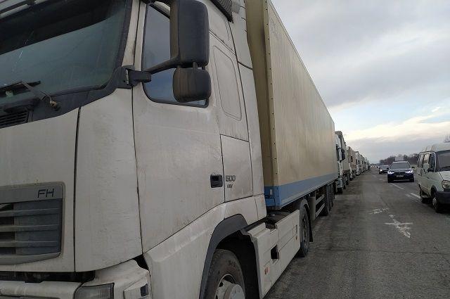 Самый большой автомобильный грузопоток идет через пункты пропуска Маштаково и Сагарчин.
