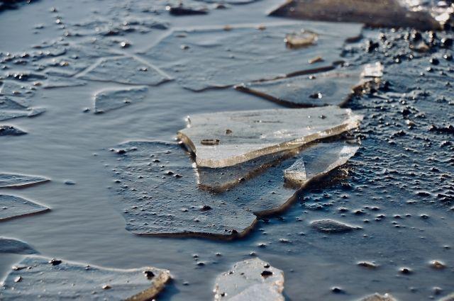 Лодка налетела на льдину.
