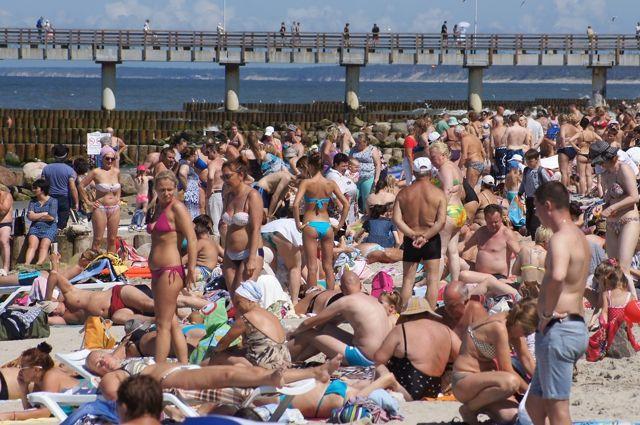 В хорошую погоду на пляже и без туристов тесно.