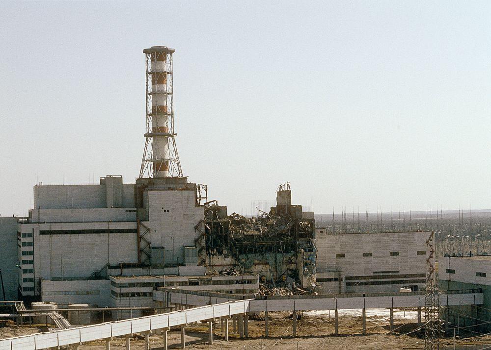 Вид на Чернобыльскую АЭС со стороны четвертого реактора, 29 апреля 1986 года