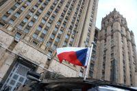 Флаг на автомобиле посла Чехии в РФ Витезслава Пивонька возле здания МИД РФ в Москве.