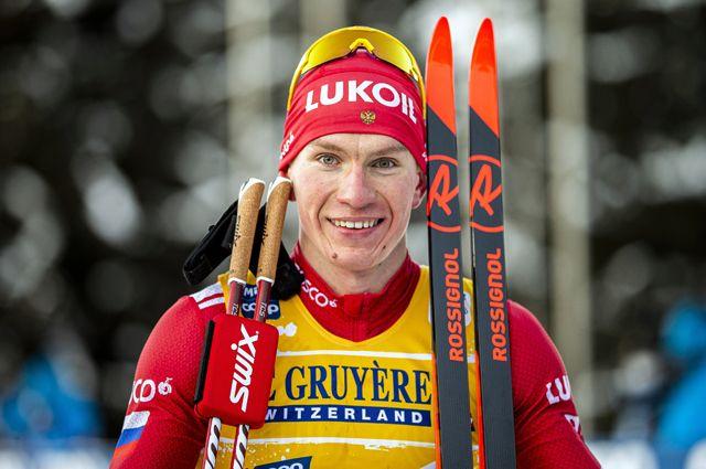 Александр Большунов нафинише масс-старта на10км свободным стилем среди мужчин насоревнованиях полыжным гонкам Тур деСки витальянском Валь-ди-Фьемме.